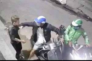 Clip: 2 tên cướp táo tợn xịt hơi cay, kề dao vào cổ cướp điện thoại và xe máy của thanh niên ở Sài Gòn