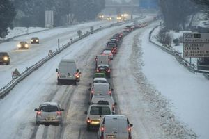 Tuyết rơi dày ở Đông Nam nước Pháp gây thiệt hại nặng