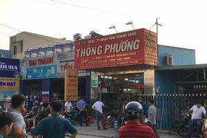 Hai tên cướp bịt mặt nổ súng cướp tiệm vàng ở TPHCM