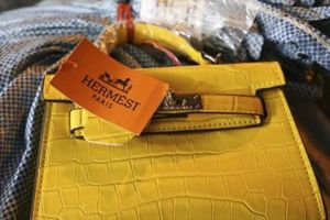 Thu giữ 1.000 túi xách 'hàng hiệu' giá 30.000 đồng