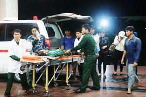Cảnh sát biển đưa ngư dân bị thương nặng vào bờ cấp cứu