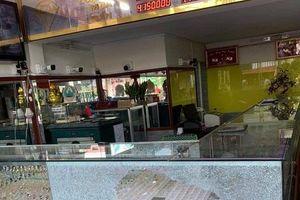 TP.HCM: Công an truy bắt hai thanh niên dùng súng cướp tiệm vàng