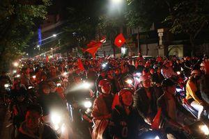 Hàng ngàn CĐV 'xuống đường' mừng chiến thắng của đội tuyển Việt Nam