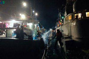 Tiếp cận tàu cá, cứu hộ ngư dân trong điều kiện sóng to gió lớn