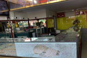 TP.HCM: Truy bắt 2 thanh niên nổ súng, cướp tiệm vàng