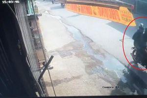 TP.HCM: Công an trích xuất camera, nhận diện 2 tên cướp tiệm vàng