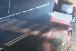 Người phụ nữ bị 2 ôtô tông liên tiếp khi băng qua đường