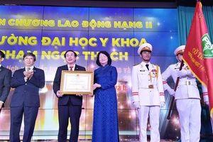 Trường ĐH Y khoa Phạm Ngọc Thạch đón nhận Huân chương Lao Động hạng Nhì