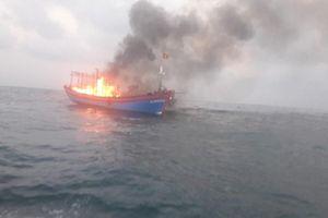 Tàu cá bốc cháy dữ dội giữa biển, 7 ngư dân được cứu sống
