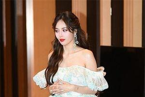 HyunA diện váy ngắn, trễ vai khoe vẻ gợi cảm khó cưỡng trên thảm đỏ