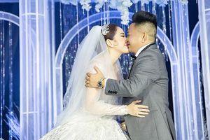 Bảo Thy ngọt ngào hôn chồng trong tiệc cưới