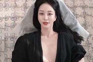 Han Ye Seul khoe hình xăm giữa ngực ở tuổi U40