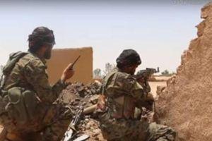Nga không kích Idlib, Mỹ đổ bê tông chiếm mỏ dầu