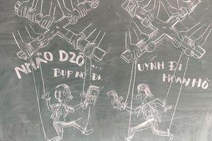 Thầy giáo vẽ tranh biếm họa bằng phấn trắng, bảng đen gây sốt