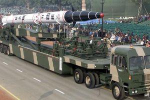 Xem Ấn Độ lần đầu thử tên lửa đạn đạo Agni-II trong đêm