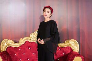 Mấy ai được như Hà Tăng, diện cây đen kín bưng, xuất hiện chớp nhoáng mà vẫn chiếm trọn spotlight
