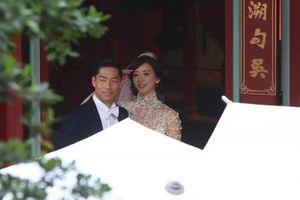 Lâm Chí Linh diện váy cưới xinh đẹp, ngọt ngào khoác tay ông xã tập dợt hôn lễ