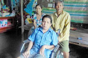 Cha mẹ già nuôi con trẻ ngồi xe lăn