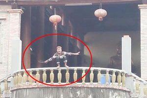 Danh tính nam thanh niên 'ngáo đá' dùng dao tự chặt vào tay mình ở Hà Nội