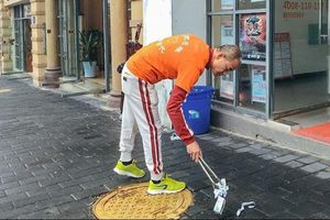 Triệu phú Trung Quốc bị đánh đập vì nhặt rác trên đường