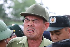 Chờ vé Việt Nam - Thái Lan từ 5h, nhiều người mất chỗ vì đi ăn trưa
