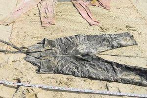 Cô gái mất đầu trôi vào bãi biển mặc đồ bảo hộ có chữ Trung Quốc