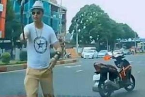 Khởi tố 'thầy chùa' đập vỡ cửa kính ô tô của người đi đường vì bấm còi xin vượt ở Đắk Lắk