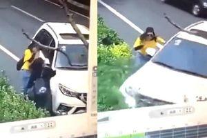 Clip tài xế lái ô tô cán cô gái ném đá vào kính, người đẹp xứ dừa thi ứng xử thảm họa
