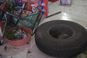 Xe tải bất ngờ nổ lốp, bánh xe lăn thẳng vào tiệm tạp hóa ven quốc lộ