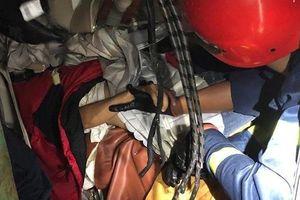 20 cảnh sát giải cứu 3 người mắc kẹt trong xe khách biến dạng