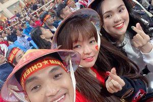Mạc Văn Khoa ngồi bên người yêu Duy Mạnh cổ vũ đội tuyển Việt Nam