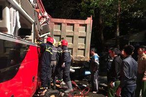 Xe khách va chạm xe tải ở Thanh Hóa: Cảnh sát giải cứu nạn nhân mắc kẹt