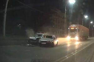 Ôtô cố vượt, đâm vào xe cảnh sát đang làm nhiệm vụ