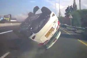 Va đuôi xe phía trước, Toyota Yaris lộn vòng