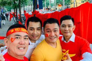 NSND Trung Anh ăn tạm bánh mì trên sân Mỹ Đình cổ vũ tuyển Việt Nam