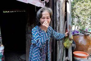 Con gái trói mẹ già vào ghế mỗi ngày, mơ một lần được đến viện khám bệnh