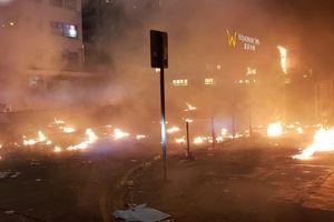Xung đột xảy ra kịch liệt, hàng trăm người bị bắt, chính quyền Hồng Kông bỏ lệnh cấm che mặt và dừng sử dụng vũ khí âm thanh Sonic Gun