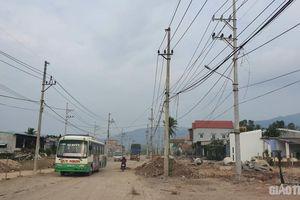 'Ma trận' cột điện cản tiến độ đường phía Tây Bình Định