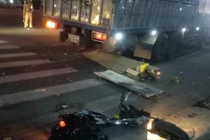 Xe tải biển số Lào tông xe máy cùng chiều, 2 vợ chồng thương vong