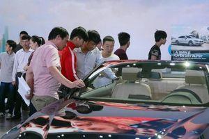 Giá ô tô giảm mạnh, nên mua xe mới hay cũ?