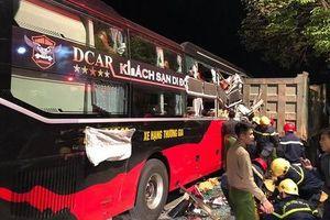 Giải cứu 3 nạn nhân kẹt cứng trong xe khách sau cú tông kinh hoàng với xe tải