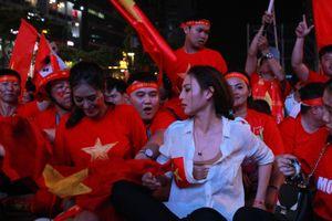 Đàm Vĩnh Hưng cùng dàn hotgirl quẩy tung phố Nguyễn Huệ trong trận Việt Nam - Thái Lan