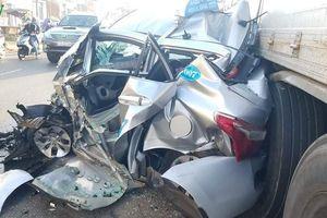 Xe tải 'vò nát' taxi, 2 người thoát chết