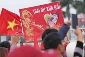 CĐV Việt Nam nhảy múa, giơ cao tấm biển 'Thái ơi! Xưa rồi'