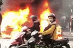 Clip: Cận cảnh xe Mercedes bốc cháy dữ dội trên phố Hà Nội sau cú đâm kinh hoàng