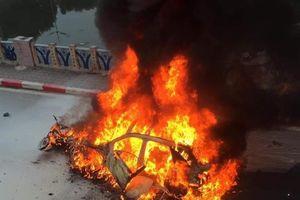Nữ tài xế lái Mercedes gây tai nạn liên hoàn, xe cháy rụi
