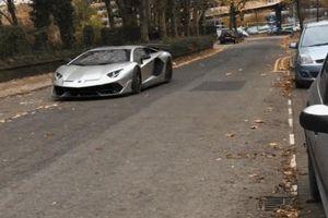 Siêu xe Lamborghini đỗ xe theo phong cách drift chỉ mất vài giây