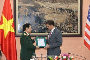 Bộ trưởng Quốc phòng Việt - Mỹ trao đổi hiện vật chiến tranh