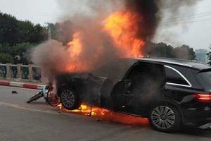 Cháy ô tô và xe máy trên đường Lê Văn Lương, 1 phụ nữ tử vong