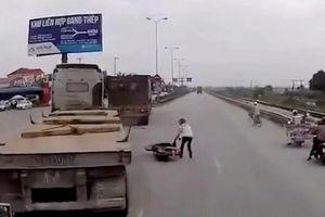 Ngán ngẩm cảnh 2 container bẻ lái cứu xe máy sang đường 'kiểu giết người'
